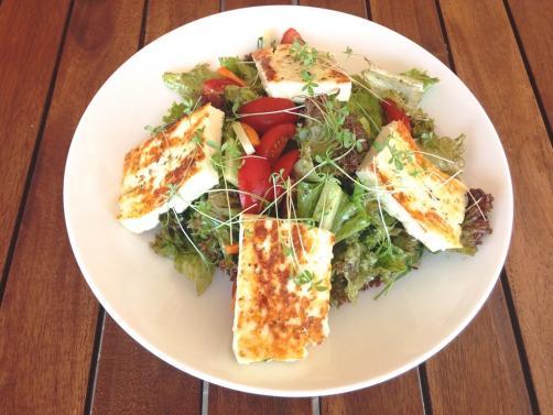 Osvježavajuća salata s popečenim sirom