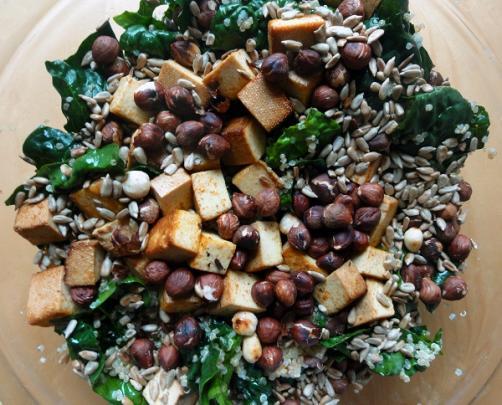 Salat mit Quinoa, Tofu und gebrannten Haselnüssen