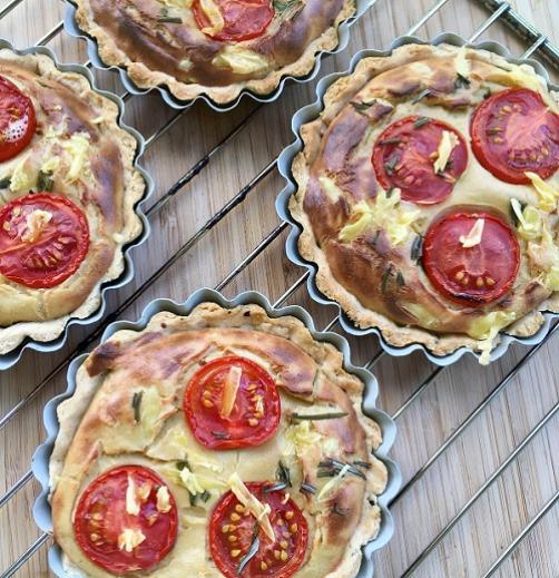Veganski quiche s češnjevimi paradižniki in rožmarinom