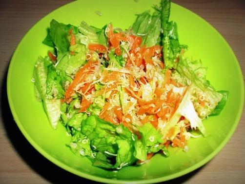 Salat mit Quinoa, Karotten und Keimlingen
