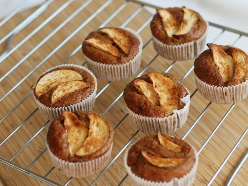 Jabolčni cimetovi kolački z rozinami