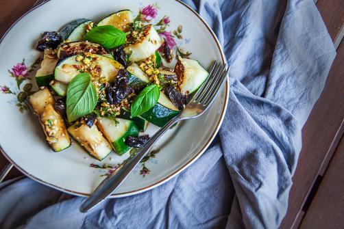 Gebratene Zucchini mit Pesto aus Pistazien