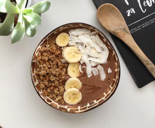 Čokoladna proteinska smoothie skleda