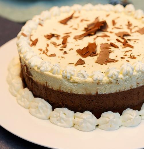 Belo in temno čokoladna torta