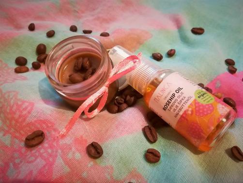 Antifaltencreme mit Hagebuttenöl und Kaffee
