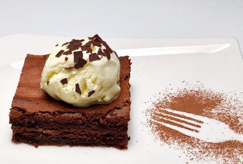 Browniji z vanilijevim sladoledom