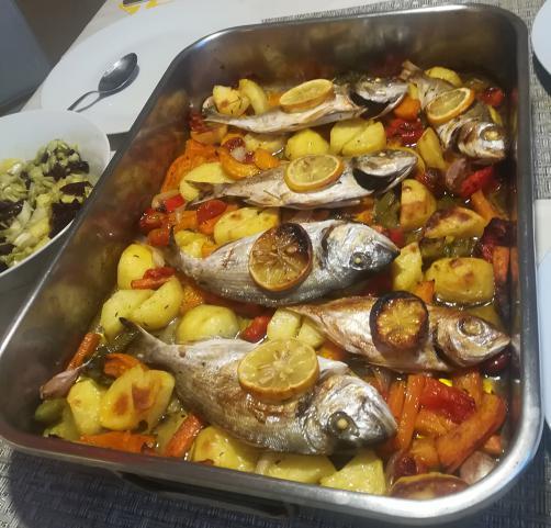 Fisch mit Kartoffeln und Gemüse aus dem Ofen