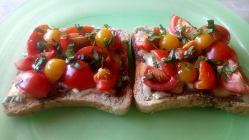 Toast z mocarelo in paradižnikom