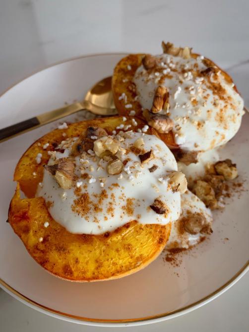 Gebackene Pfirsiche mit Jogurt, Walnüssen und Honig