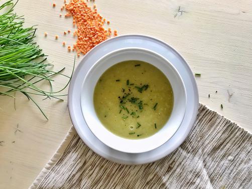 Suppe mit roter Linse und Pore