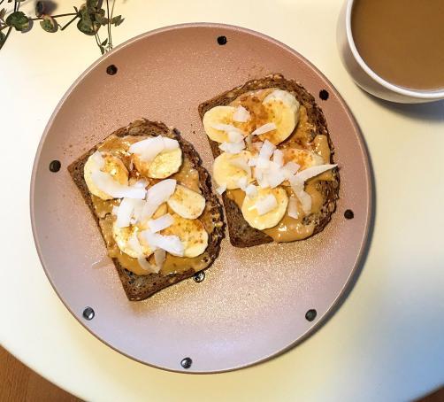 Toast mit Erdnussbutter und Banane