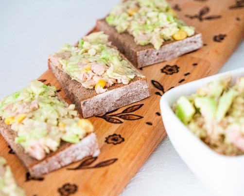 Namaz od avokada s tunom i kukuruzom na raženom kruhu