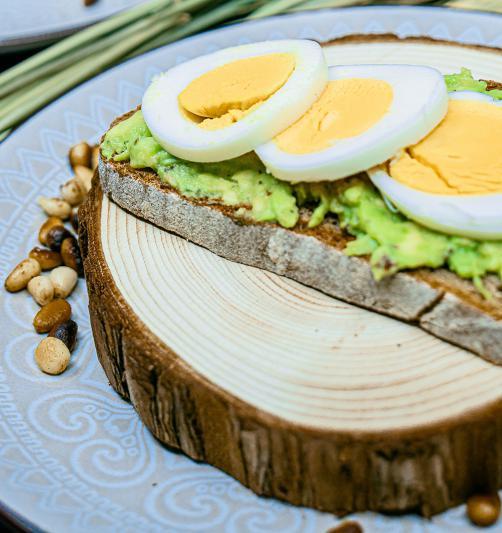 Ržen kruh z avokadom, pinjolami in kuhanim jajcem