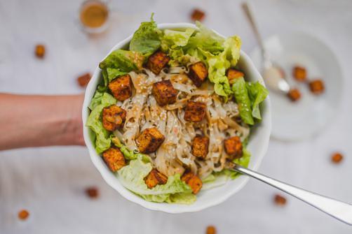 Salat mit Nudeln, Tofu und Erdnussbutter