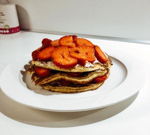 Protein-Pfannkuchen ohne Mehl mit Waldfrüchten