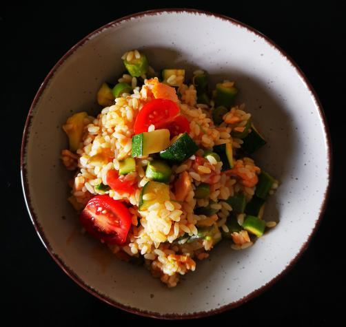 Prekajeni losos v rižoti