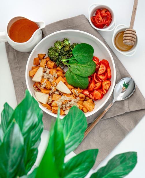 Salat aus Süßkartoffeln, Quinoa, Apfel und Gemüse