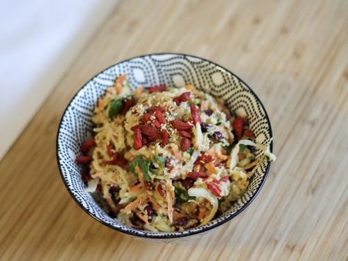 Salat mit Couscous und Humus-Dressing