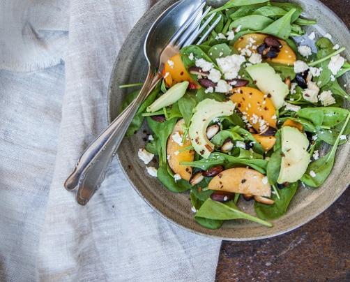 Frischer Salat mit Pfirsichen