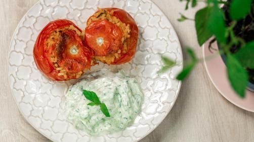 Griechische gefüllte Tomaten mit Tzatziki-Sauce