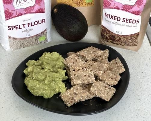 Vollkorncracker mit Samen und Avocadoaufstrich mit Kurkuma