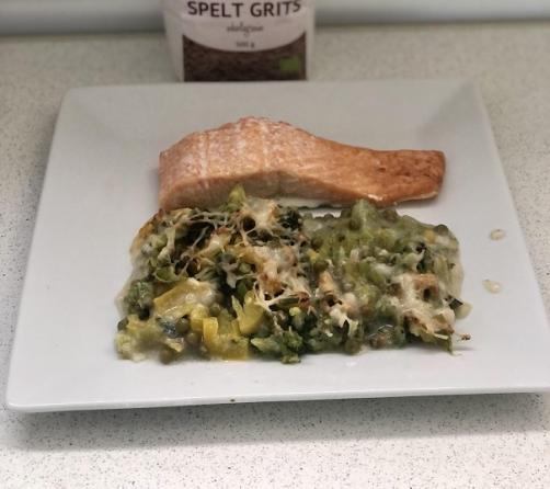 Auflauf aus Dinkelgrieß und Gemüse mit Lachsfilet und Salat