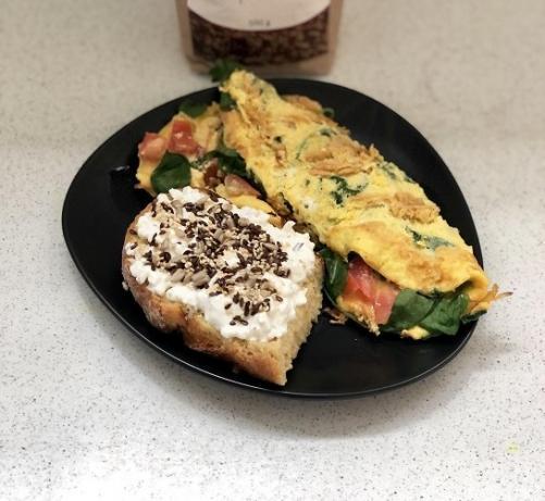 Eier-Omelett mit Vollkornbrot, Hüttenkäse und Samen