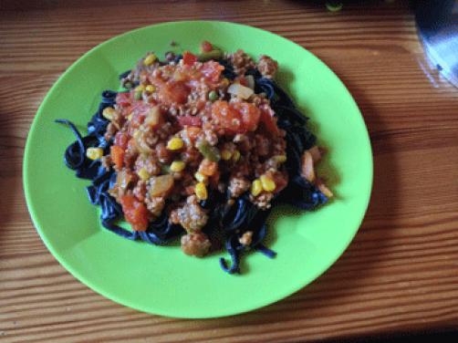 Sipine testenine z zelenjavno omako in mletim mesom