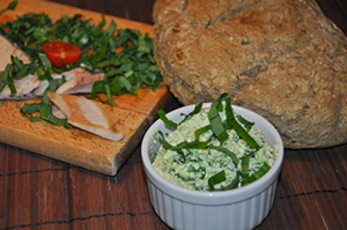 Čemažev namaz s prekajeno postrvjo in konopljinim kruhom