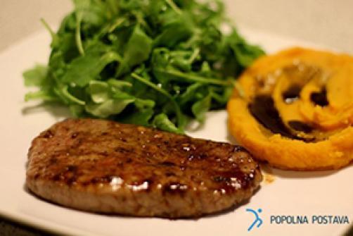Bučni pire s sočnim steakom in rukolo