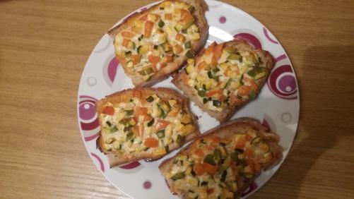 Zelenjavni obloženi kruhki iz pečice