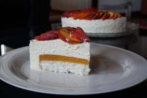 Osvežilna skutna tortica s kokosom in breskvami brez moke