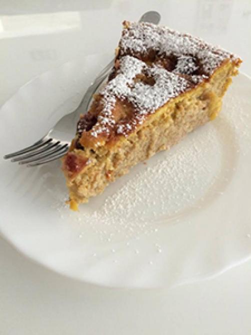 Pirina tortica z breskvami