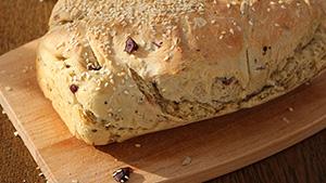 Domači pirin kruh z olivami