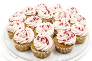 Perfect-vanila-cupcakes-with-raspberry