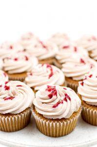 Perfect-vanila-cupcakes-with-raspberry-close-up