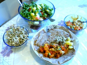 Veganske lečine tortilije s popečeno zelenjavo in kalčkovo prilogo