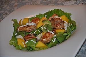 Solata s piščancem, mangom in avokadom1