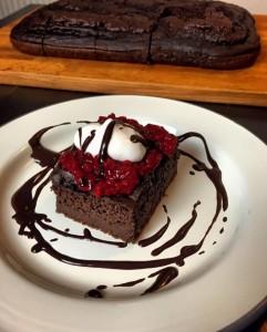 Čokoladni browniji z malinami