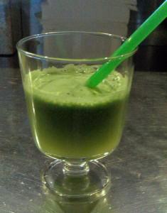 Super detox sok s pšenično travo, ingverjem in žajbljem2