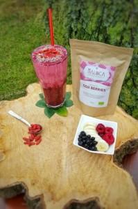 Pink smoothie s goji jagodami, borovnicami in malinami