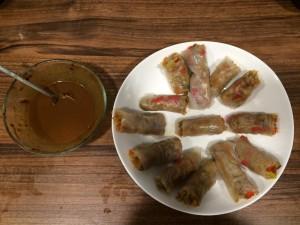 Riževi zelenjavni zvitki s piščancem in arašidovo omako