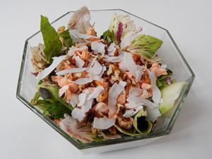 Solata z lososom, orehi in kokosovim čipsom-web