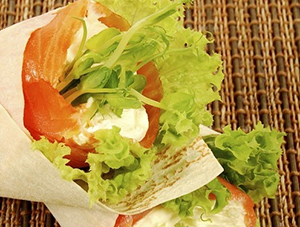 tortilja-z-dimljenim-lososom-in-javorjevim-sirupom_300x225